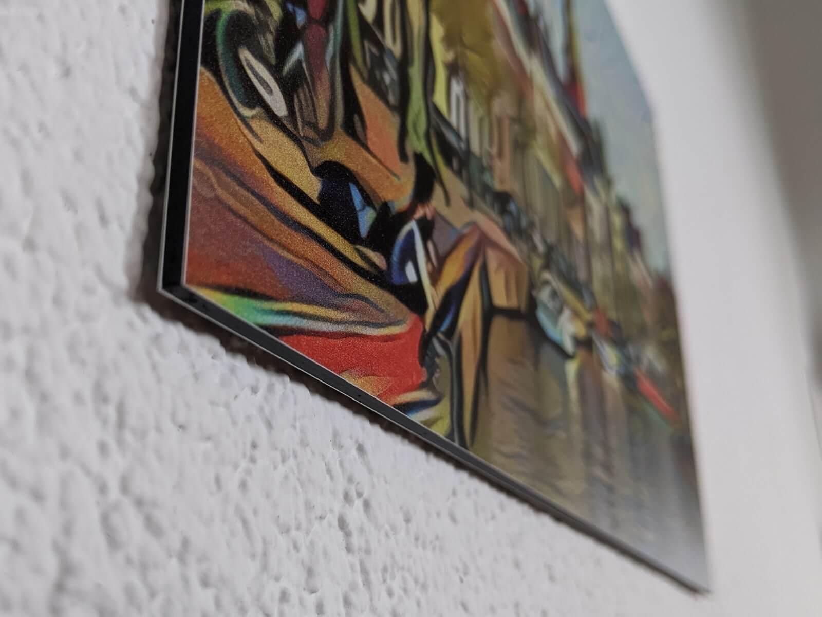 De Groningse gracht geeft een prachtige spiegeling door het alumium. Alsof je er vanuit de woonkamer zo in kan springen.