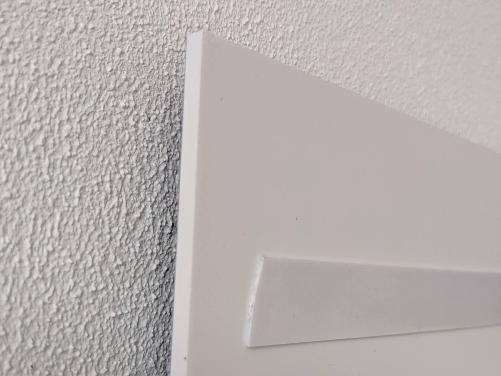 Uw forex kunstwerk kunt u eenvoudig ophangen aan uw muur. Dit gebeurt met een stevige plakstrip.